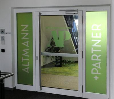 Eingang Altmann + Partner